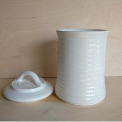 Λευκό βάζο με καπάκι